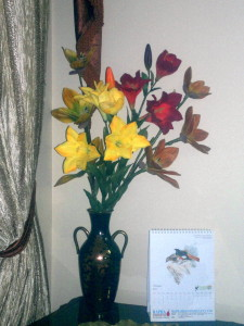 Artificial_flowers_in_a_vase